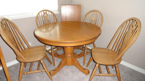 Solid Oak dining room table, 4 chairs and leaf