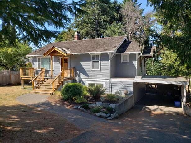 ***SPACIOUS 1 BEDROOM SUITE NEAR UVIC AND THE BEACH - UTILITIES INCLUDED***