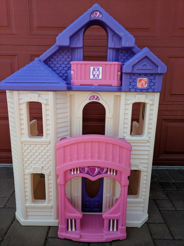 REDUCED!!  HUGE DOLLHOUSE