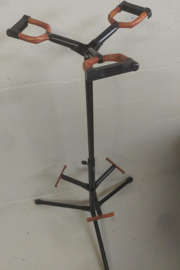 Tripple guitar/stringed instruments stand