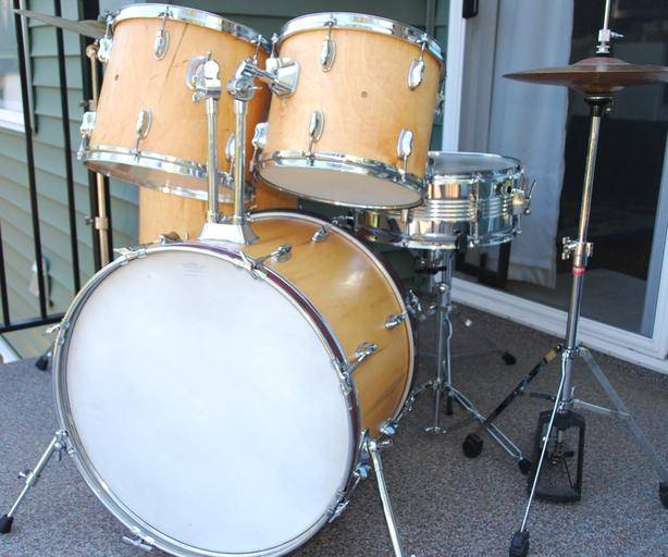 FULL SIZE COMPLETE STUDENT DRUM SET READY TO ROCK!
