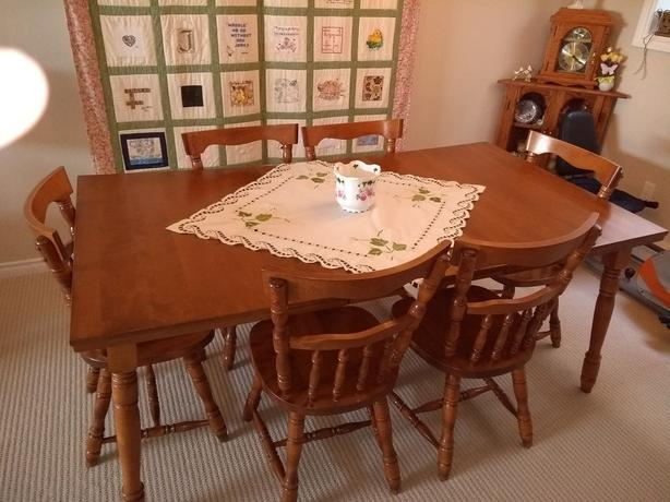 Maple Colonial Dining Table With 6 Matching Chairs And Small Buffet Hutch