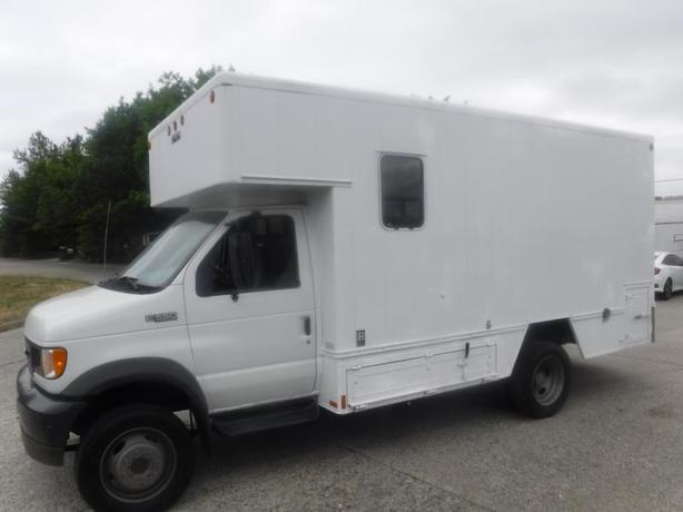 2002 Ford Econoline E-550 Cube Van with Ramp