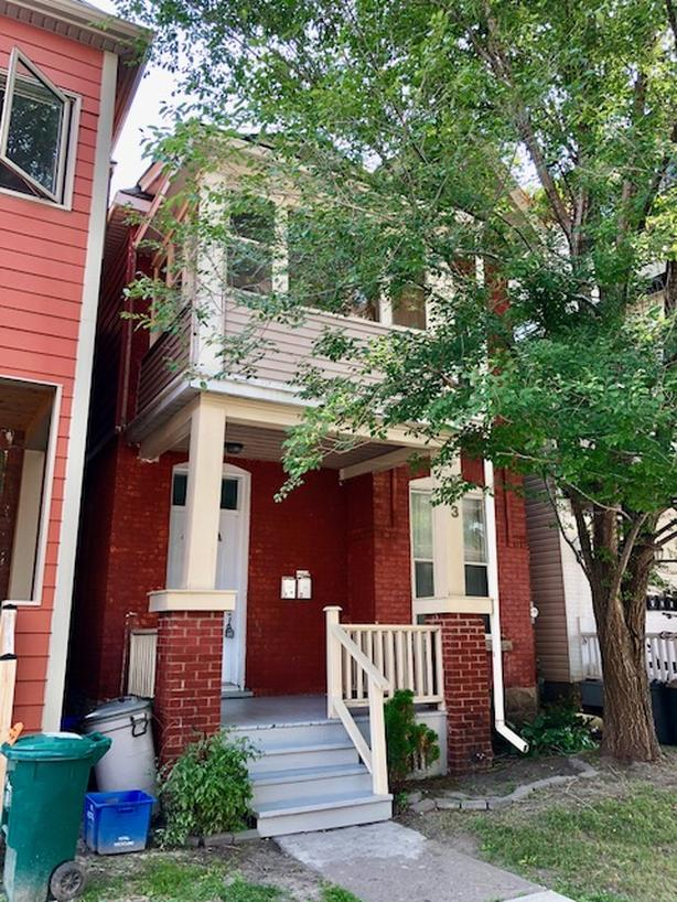 Stylish 2BR, 2 Level Heritage Style with Private Balcony in Centretown