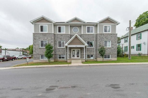 Newly built 6 unit building in the beautiful community of Prescott