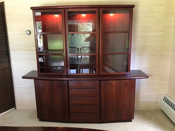Like New Rosewood Dining Room 2 Piece Hutch