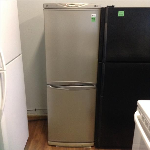 Beautiful and very clean LG apartment size fridge bottom freezer ...