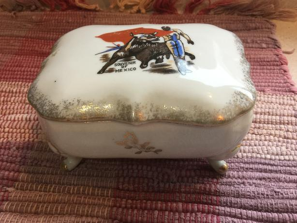 Vintage Hand Painted ** Porcelain/Ceramic Jewelry Trinket Box