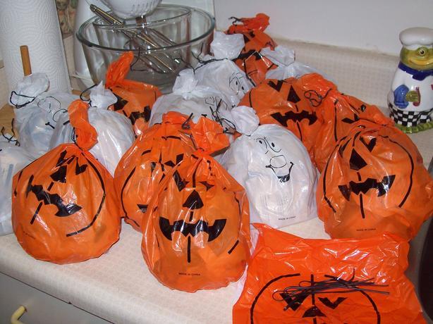 Halloween SPOOKY DECOR LEAF BAGS!