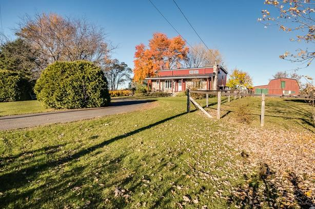 House + stable in Vercheres on 91,000 sft land