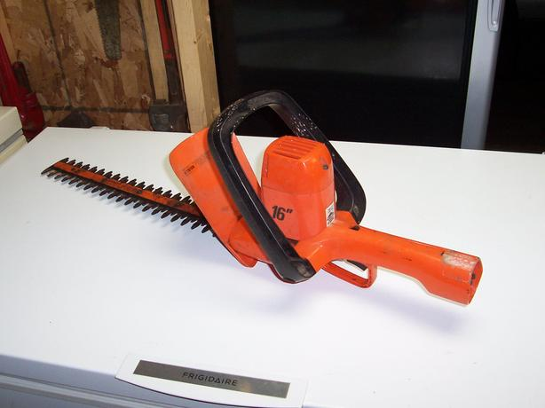 "16"" Black & Decker electric hedge trimmer"