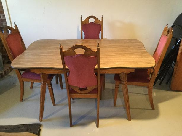 Dining table and chairs / Table de cuisine et chaises