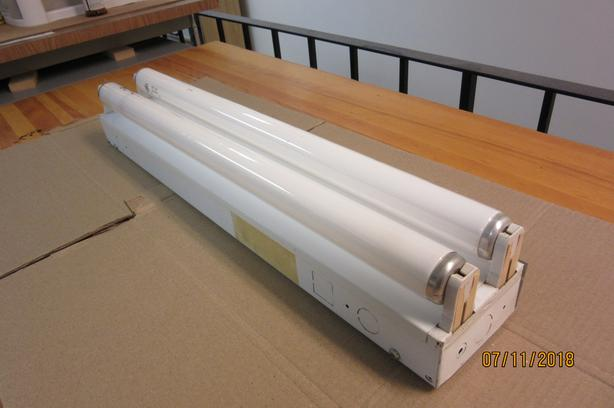 24  INCH LONG FLORESCENT LIGHT FIXTURE WITH TUBES