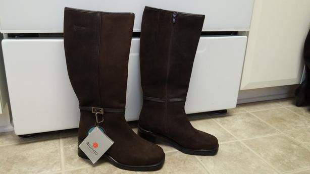 BRAND NEW Women's Brown WInter Boots NEVER WORN