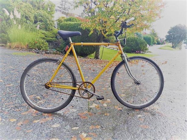 * * Yellow Single Speed Cruising Bicycle * *