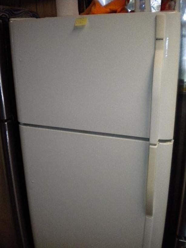 White Kenmore  19 cu ft frost free refrigerator