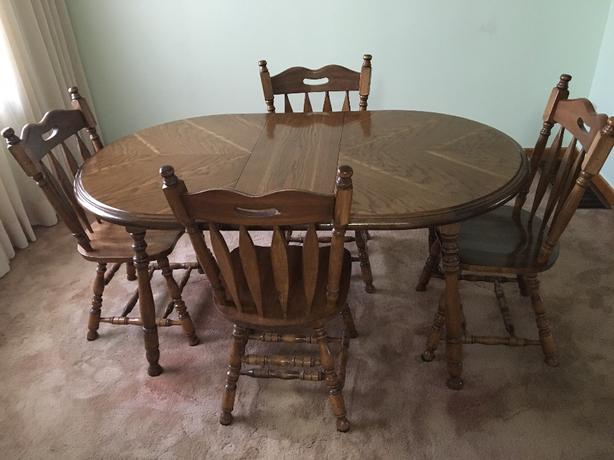 Kitchen table w/4 chairs and extender