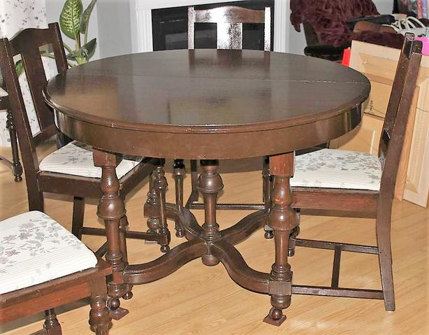 Beautiful expandable antique oak dining room table