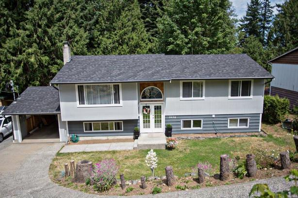 2694 A BEAVER CREEK CRESCENT: Bright 4 bedroom, 2 bathroom upper suite.