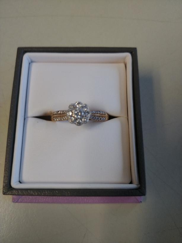 Round brilliant flower diamond ring.