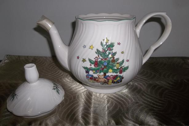Nikko Happy Holidays 4-Cup Teapot and Lid Brand new !no box