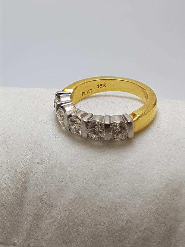 Stunnining 1.7 carat diamond engagement ring