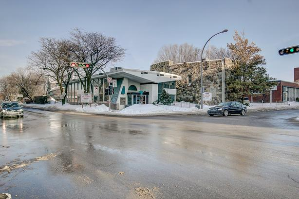 Commercial building with huge parking Old Longueuil