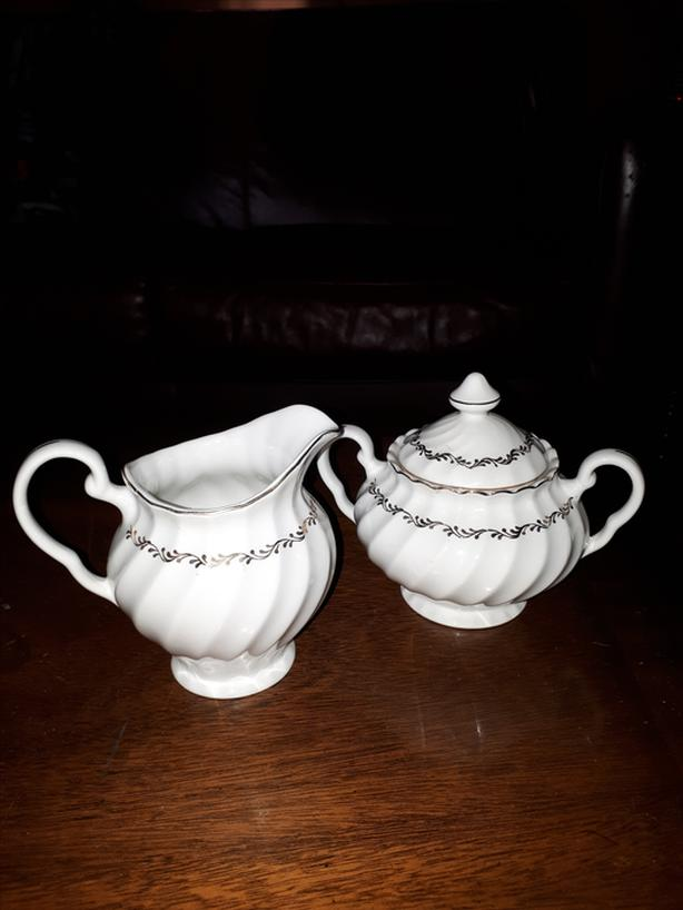 VINTAGE ANTIQUE SADLER MADE IN ENGLAND WHITE WITH gold TRIM SUGAR AND CREAMER