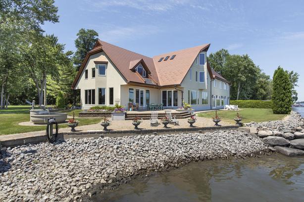 Magnificent upscale waterfront house St-Jean-sur-Richelieu