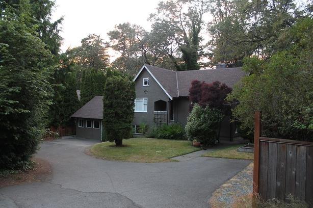 Private 2 BDRM suite - Close to UVic
