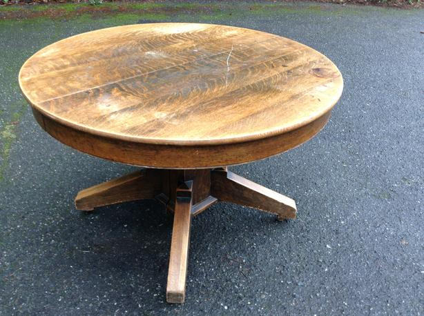ROUND OAK COUNTRY DINING TABLE AND 5 LEAVES