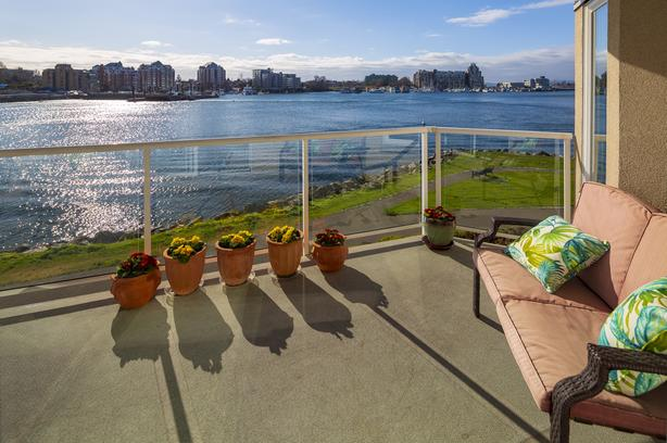 Luxury Waterfront Suite on Victoria's Inner Harbour!
