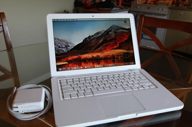 "13"" White MacBook 2.4 GHz C2D, 4Gb Ram, 250Gb HD, High Sierra w/Warranty"