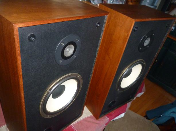 Realistic MC-2001 Stereo Speakers Wood Cabinets