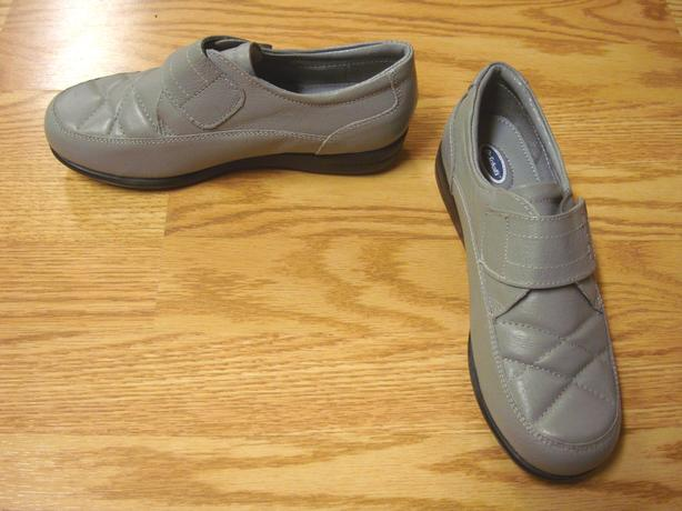 New Pair of Dr. Scholl's Leather Shoes Size 6 Youth Adult- $10
