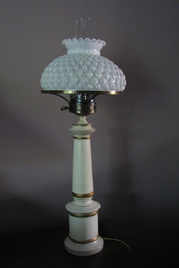 Vintage White Colonial Table Lamp w/gold trim