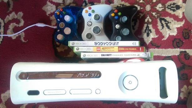 Xbox 360 (60GB)   3 contolers,  3 games