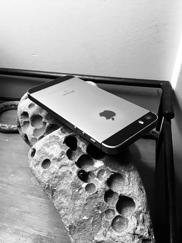 iPhone SE 64 GB w/turquoise lifeproof case. Like new.