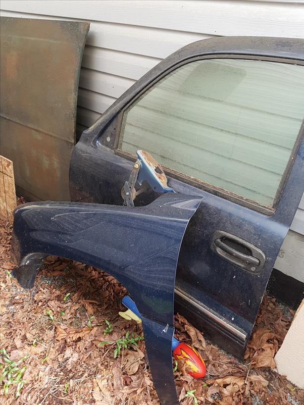 FOR-TRADE: early 2000s chevy drivers side door and fender
