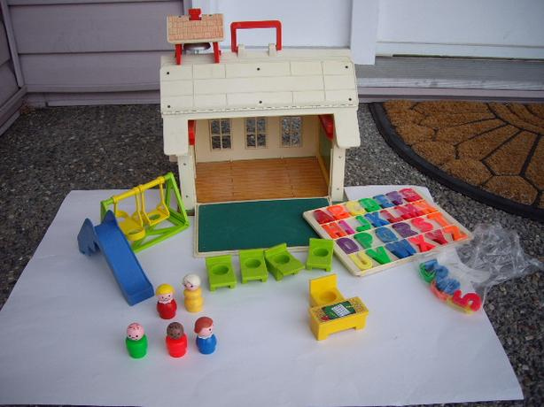 FISHER PRICE VINTAGE SCHOOL HOUSE + ACCES