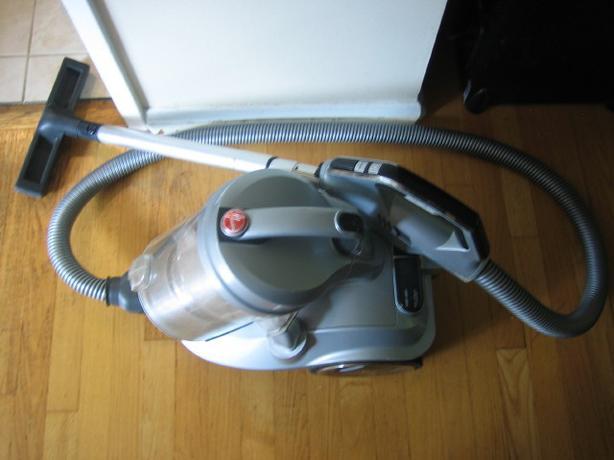 Quiet bagless cyclonic Hoover platnium vacuum cleaner