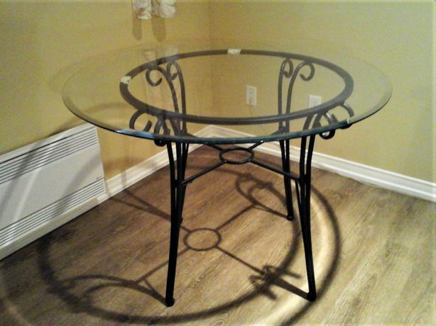 Table de métal avec vitre biseautée à la bordure
