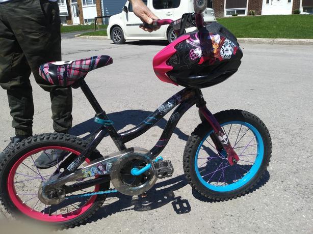 Bicyclette avec casque fille