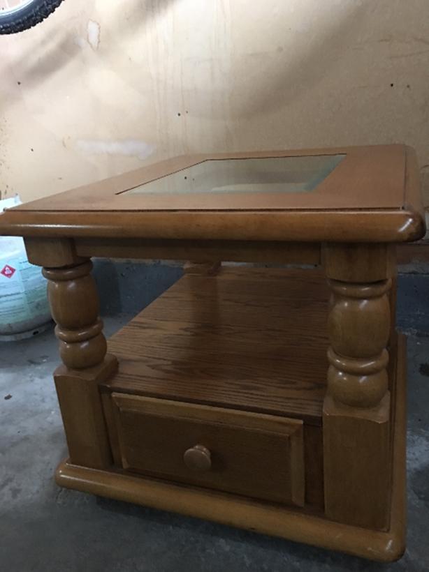 Solid wood end/bedside table