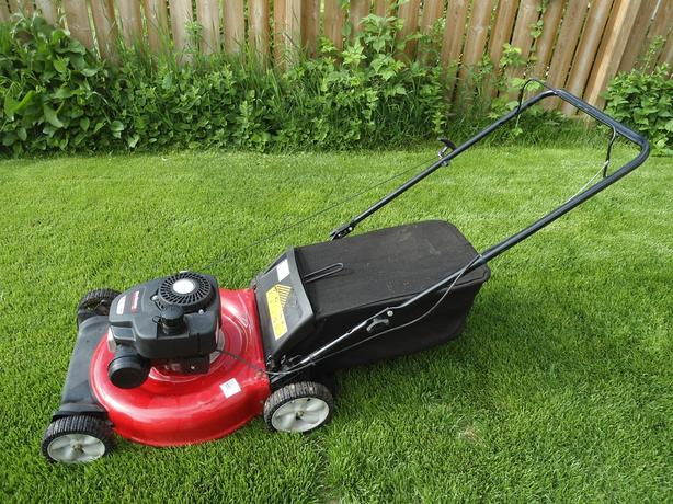 YARDMACHINES REAR BAG GAS LAWNMOWER