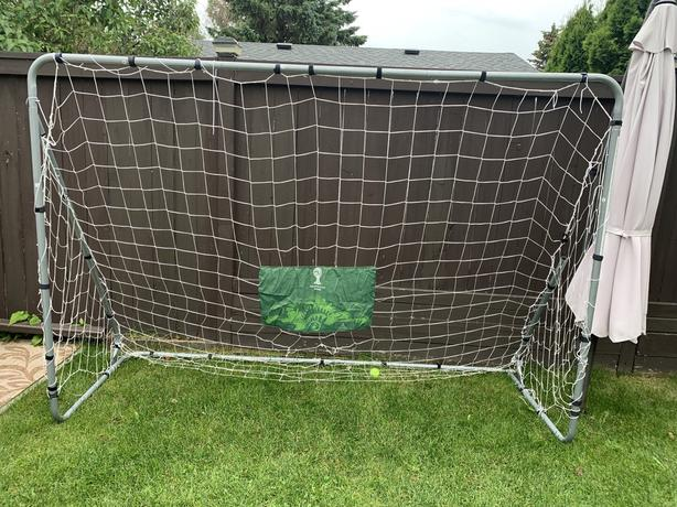 New soccer net missing a pole in the back side