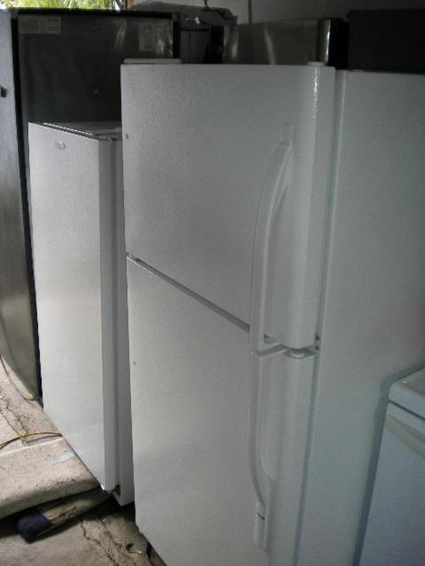 White 15 cu ft Kenmore frost free refrigerator