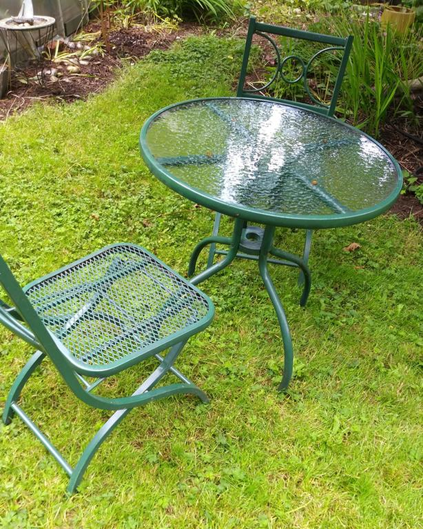 Small metal patio table and 2 chairs