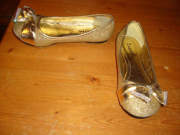 Like New Gold Dress Shoes Youth Size 2 Ages 6-9 - $10