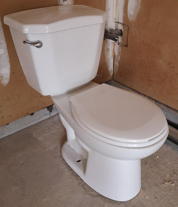 Glacier Bay toilet - Pristine condition!